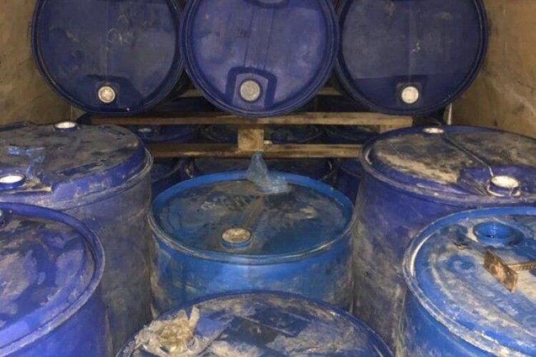 Поблизу Луцька затримали бус із 26 бочками спирту
