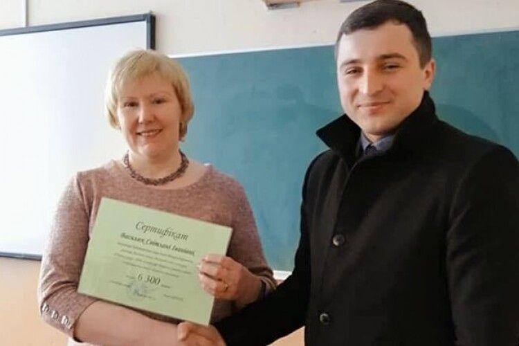 Наймолодший голова громади на Волині привітав учительку з почесним звання