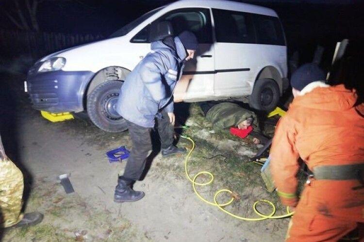 На Житомирщині бійці ДСНС рятували пенсіонера, який опинився під кузовом власної автівки (Фото)