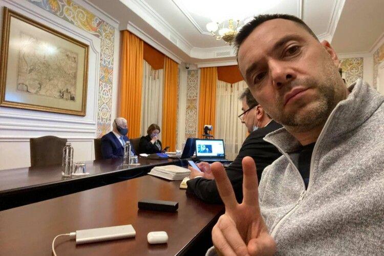 «Пішов на*уй»: Арестович неадекватно відреагував на прохання перейти на українську