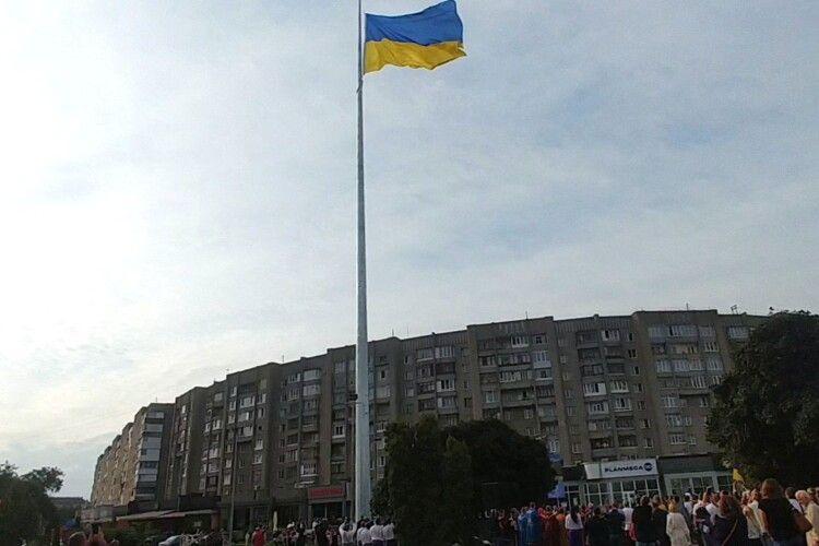 Символ миру та свободи: у Луцьку підняли найбільший на Волині прапор (Відео)
