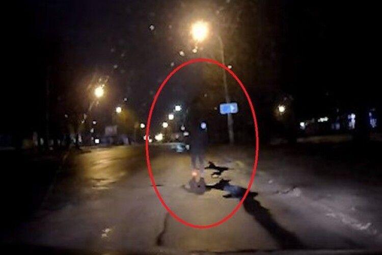 Рівнянина оштрафували за ходіння на проїжджій частині вулиці
