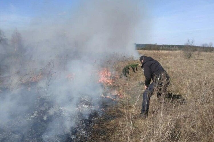 Поліція приїхала до одинадцятикласника, який гасив пожежу в полі