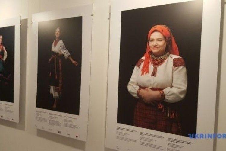 У Варшаві відомі поляки презентували українські національні костюми