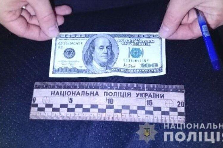 У Вараші на Рівненщині п'яненький водій вчинив ДТП і намагався відкупитися від поліції сотнею «баксів»
