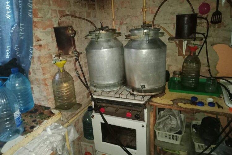 У квартирі волинянина знайшли 120 літрів браги. Поліцейські знищили напій (Фото)