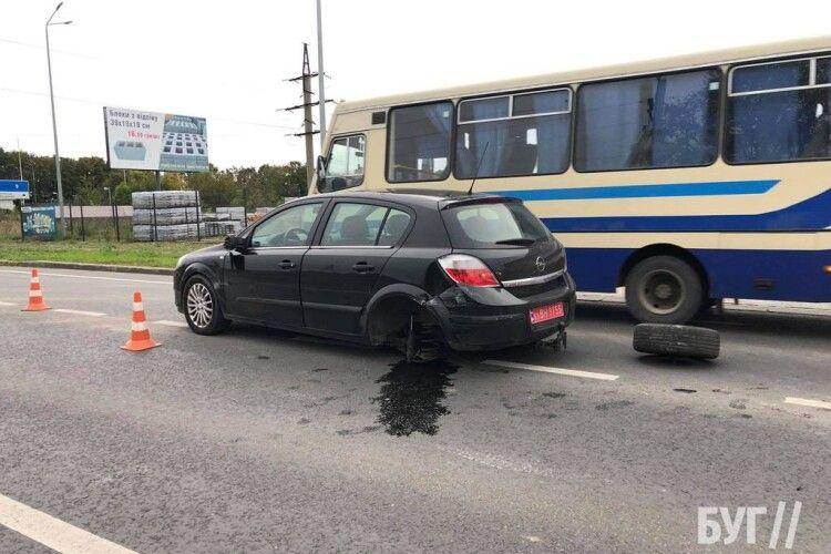 Відлетіло колесо: на Волині сталася аварія з постраждалими (Фото)