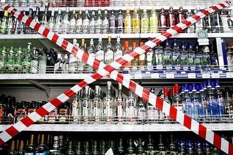 Попри заборону: вночі у Луцьку в магазині продавали алкоголь (Фото)