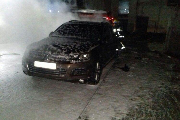 Рятувальники вночі гасили автівки в Торчині та Оконську