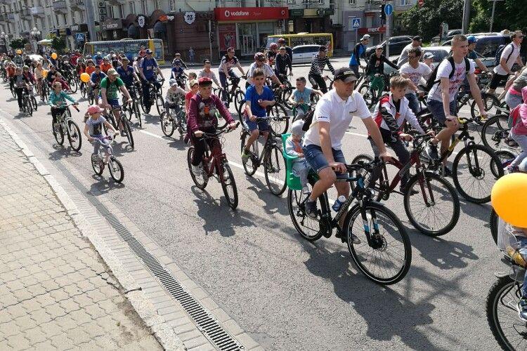 У Луцьку сьогодні велоденно і крутипедально (Фоторепортаж)