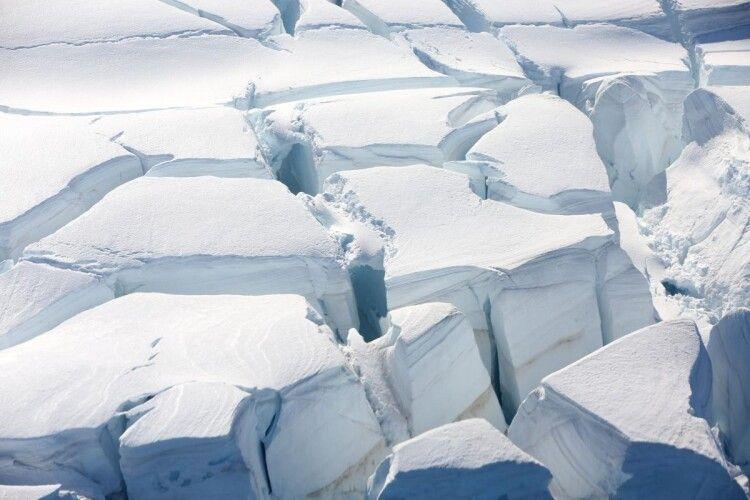 На Північному полюсі мікроскопічні часточки пластику падають з неба разом зі снігом.