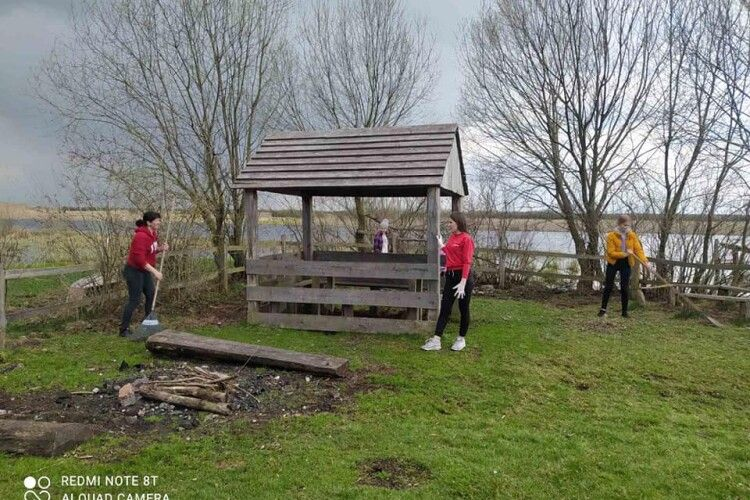Природоохоронці разом зі школярами прибралиберегову смугу річки Прип'ятьта рекреаційний пункт «Забріддя» (Фото)