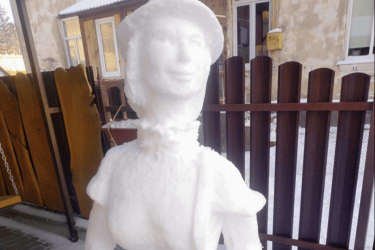 Під стінами вежі Чарторийських у Луцьку з'явилася пані в капелюшку