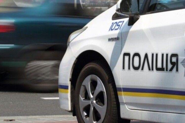 Бояться штрафів: маршрутки вирішили об'їжджати переповнену зупинку через рейд поліції (Фото)