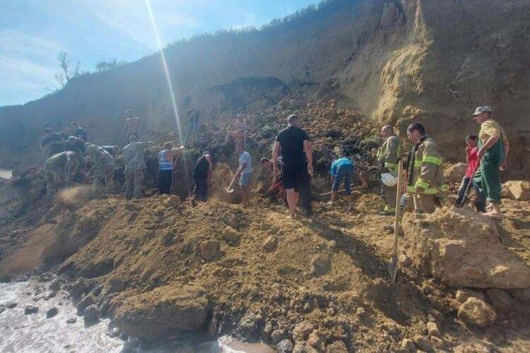 Масштабний обвал ґрунту на пляжі на Одещині: ймовірно, під завалом опинилися відпочивальники
