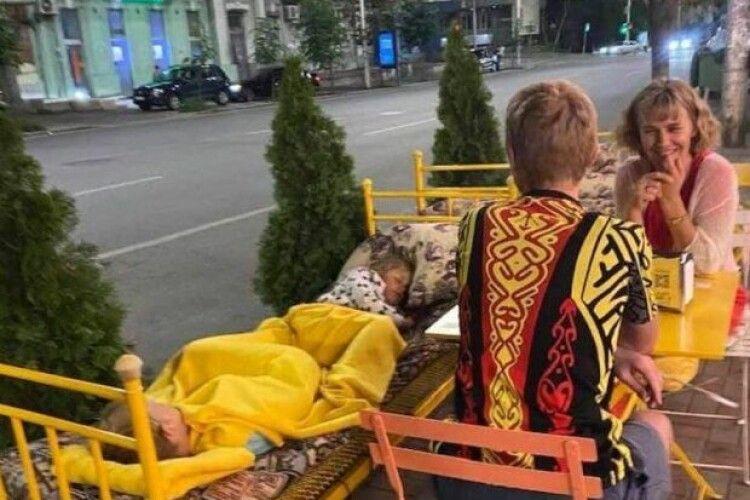 У київському ресторані відвідувачам дозволили лежати поруч з їжею