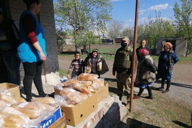 Українські воїни допомагають цивільним