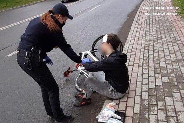 На Волині патрульні допомогли велосипедистові