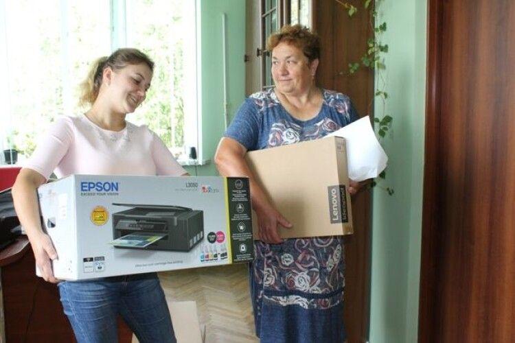Для першокласників із Колодяжненської ОТГ закупили принтер, ноутбук і телевізори