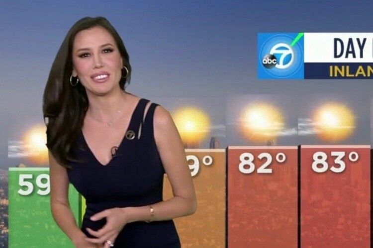 Cин телеведучої в прямому ефірі заліз їй під сукню (Відео)
