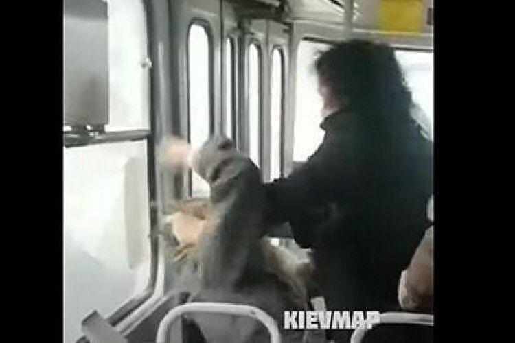 Пасажирки трамвая побилися через маску (Відео)