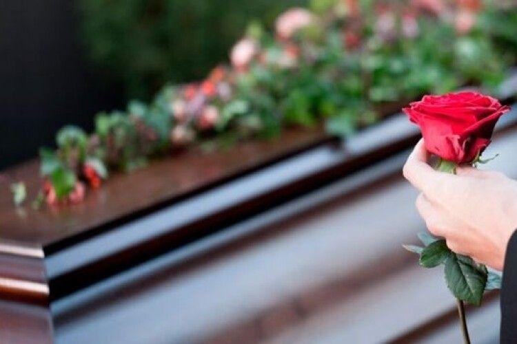 Жінка провела репетицію власних похоронів: з катафалком і труною (Відео)