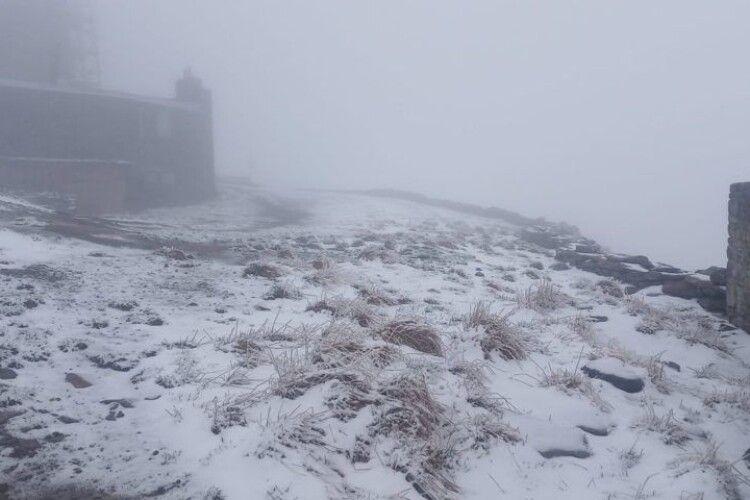 Завтра вже літо, а Карпати продовжує засипати снігом