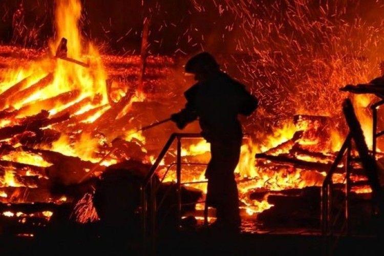 Влучила блискавка: на Іваничівщині під час гасіння пожежі постраждав чоловік
