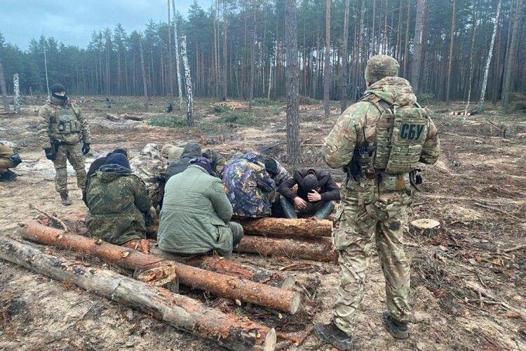 Правоохоронці Рівненщини спіймали 13 «бурштинових» старателів (Фото)