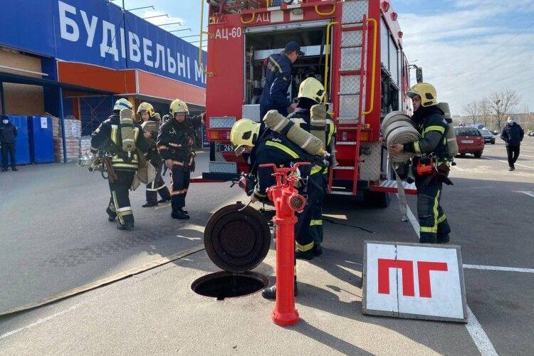 Луцькі пожежники евакуювали людей з «Епіцентру» (Відео)