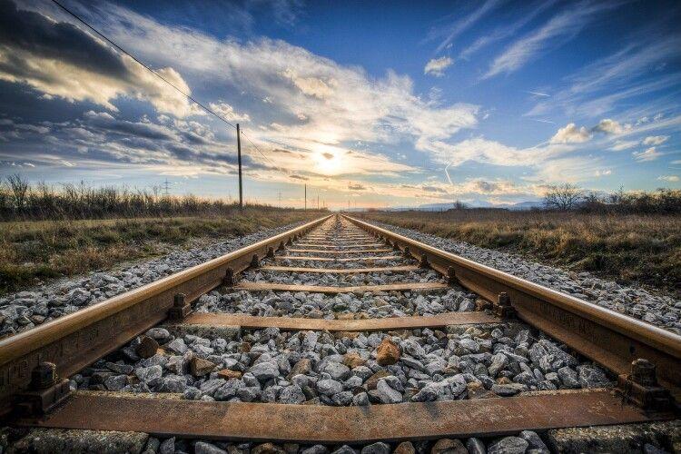 Через навушники не почула крики людей: 23-річну дівчину переїхав поїзд