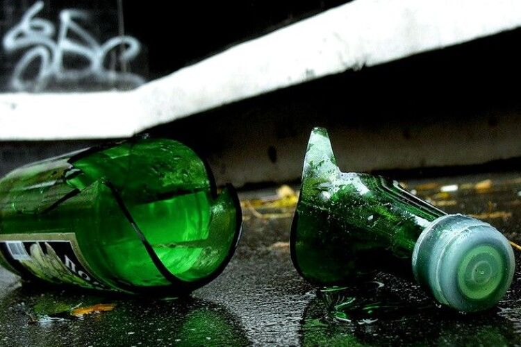 Волинянин впав на розбиту пляшку
