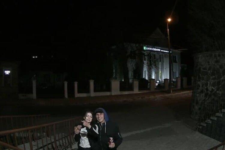 У Луцьку хлопець і дівчина вкрали з будівлі прапор. Їх записали камери (Відео)
