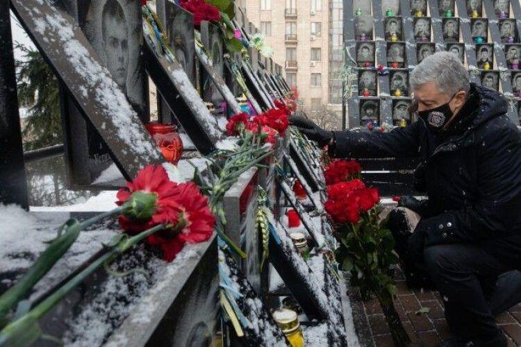 До влади прийшов Антимайдан, але ми здатні захистити Україну – Порошенко під час вшанування Героїв Небесної Сотні
