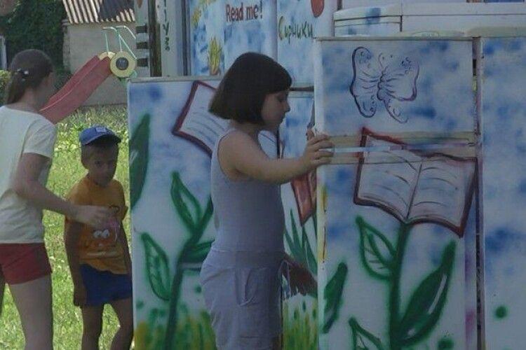 На Волині діє унікальна бібліотека: замість книжкових полиць – холодильники