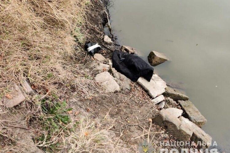 Вдарила знайомого каменем по голові, а тіло кинула в канал
