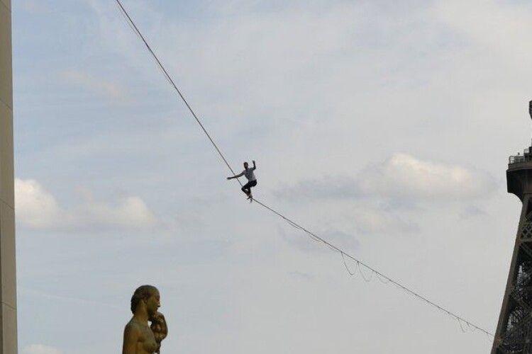 У Парижі канатоходець пройшов відстань між Ейфелевою вежею та театром Шайо на висоті 70 метрів (Фото)