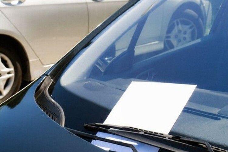 У центрі Луцька дівчині на автівці невідомий залишив... записку (Фото)