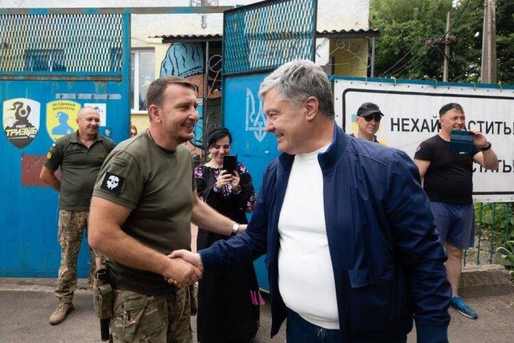 Тепла зустріч на Донбасі: Порошенко побував у Карлівці на традиційному патріотичному куліші (Фото)