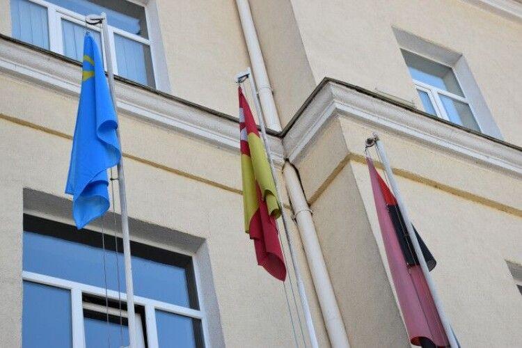 Над Луцькою міською радою замайорів кримськотатарський прапор