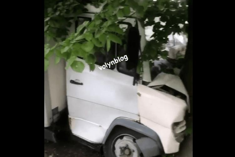 У Луцьку вантажівка влетіла у дерево (Відео)