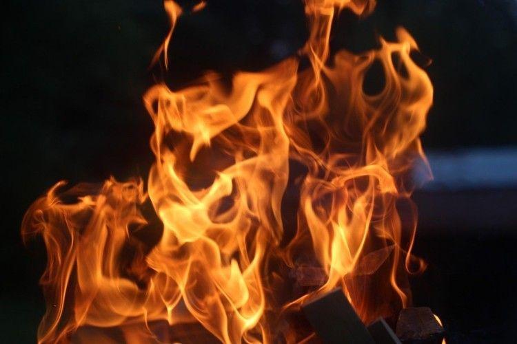 На Рівненщині чоловік попік обидві руки під час гасіння пожежі