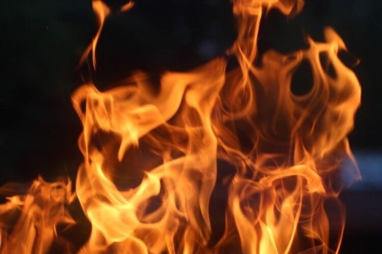 У селищі на Рівненщині палає будинок: місцеві жителі знімають пожежу на відео