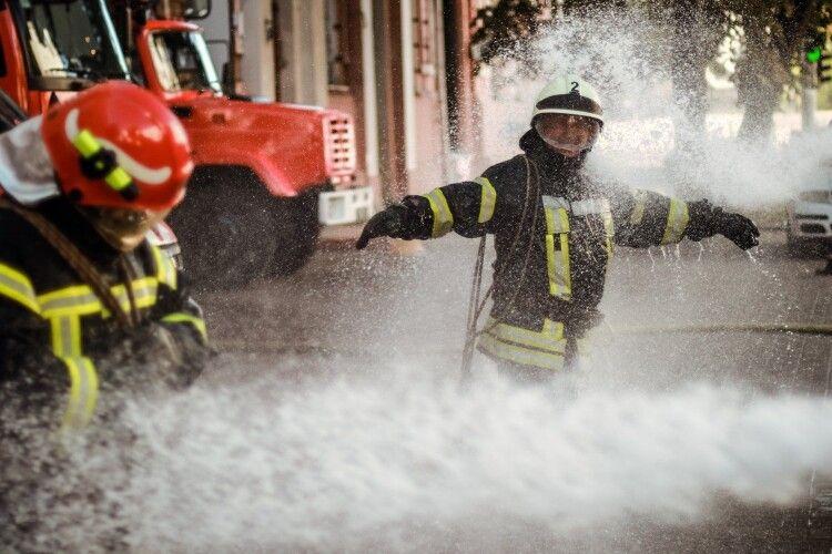 Двох пожежників облили водою і відправили на пенсію (Фото)