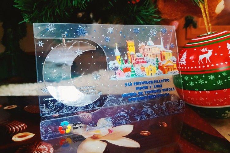 Оригінальна пластикова листівка із зображенням Луцька розлетиться по всій Україні