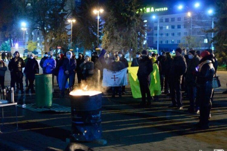 Увечері лучани вийшли на площу відзначити річницю Революції Гідності