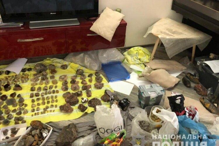 Не бурштин: в Україні викрили схему незаконного видобутку дорогоцінного каміння (Фото)
