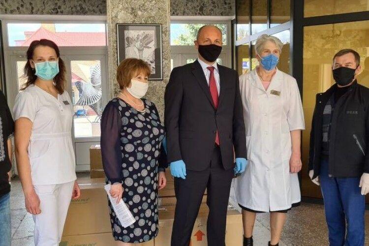 Андрій Парубій передав допомогу від Порошенка волинським лікарням
