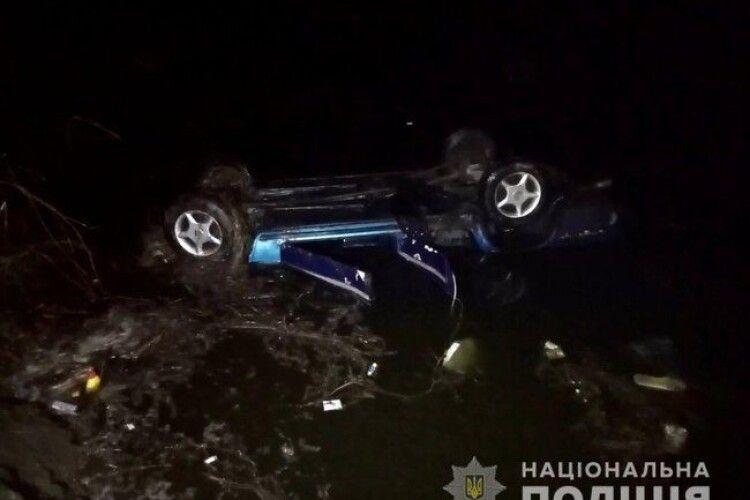 В селі Шукайвода автівка заїхала у ставок: загинули водій та два пасажири