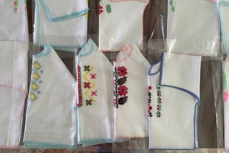 У Херсоні новонароджені отримали від волинян перші вишиванки